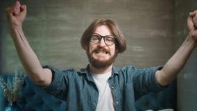 Hombre barbudo acertado que aumenta las manos almacen de metraje de vídeo