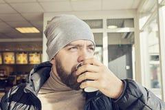 Hombre barbudo adulto que bebe el café caliente Imagenes de archivo