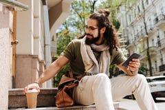 Hombre barbudo alegre que toma una taza Foto de archivo libre de regalías