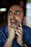 Hombre barbudo asustado que grita con la frustración Imagenes de archivo