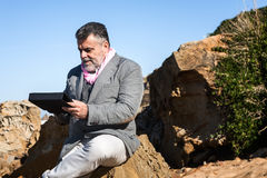 Hombre barbudo atractivo con la tableta Fotografía de archivo libre de regalías