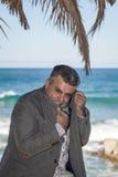 Hombre barbudo atractivo en la costa Imagenes de archivo