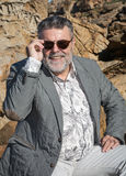 Hombre barbudo atractivo en la costa Foto de archivo
