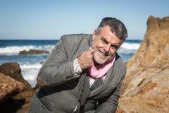 Hombre barbudo atractivo en la costa Fotos de archivo libres de regalías