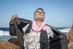 Hombre barbudo atractivo en la costa Imágenes de archivo libres de regalías