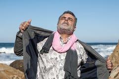 Hombre barbudo atractivo en la costa Imagen de archivo