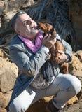Hombre barbudo atractivo en la costa con el perro basset, perro Imagenes de archivo
