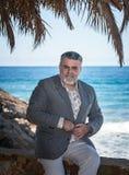 Hombre barbudo atractivo en la playa Foto de archivo