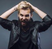 Hombre barbudo atractivo joven del inconformista que gesticula el griterío emocional en sucsess del estudio individuo moderno de  Fotos de archivo