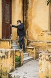 Hombre barbudo atractivo que abre la puerta Imagen de archivo