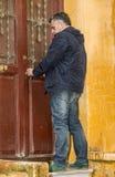 Hombre barbudo atractivo que abre la puerta Fotografía de archivo libre de regalías