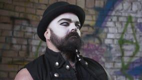 Hombre barbudo brutal con lentes blancas del cara y blancas en los ojos que miran el flash del fuego El concepto de la demostraci almacen de metraje de vídeo