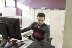 Hombre barbudo casual que trabaja en la oficina imagenes de archivo
