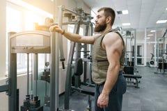 Hombre barbudo caucásico muscular del retrato vestido en el chaleco cargado en el gimnasio, estilo militar imagen de archivo libre de regalías