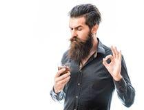 Hombre barbudo con el whisky foto de archivo libre de regalías