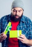 Hombre barbudo con la caja de regalo verde imagenes de archivo