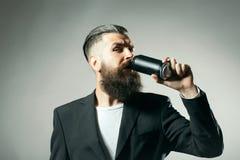 Hombre barbudo con la lata de la cerveza foto de archivo