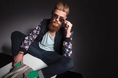 Hombre barbudo con la mano sobre los vidrios Imagen de archivo libre de regalías