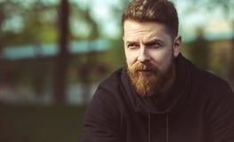Hombre barbudo confiado hermoso al aire libre fotos de archivo