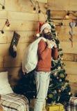 Hombre barbudo de la Navidad con el saco Foto de archivo