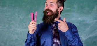 Hombre barbudo del profesor con el fondo de la pizarra de la grapadora Prepárese para los efectos de escritorio de la compra de l imagen de archivo libre de regalías