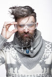 Hombre barbudo divertido en una imagen del ` s del Año Nuevo con nieve y decoraciones en su barba Banquete de la Navidad Imagenes de archivo