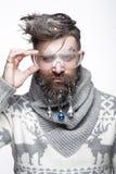 Hombre barbudo divertido en una imagen del ` s del Año Nuevo con nieve y decoraciones en su barba Banquete de la Navidad Foto de archivo