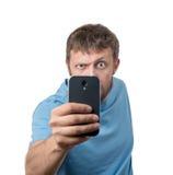 Hombre barbudo divertido fotografiado por smartphone Imagen de archivo libre de regalías