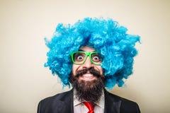 Hombre barbudo divertido loco con la peluca azul Fotografía de archivo