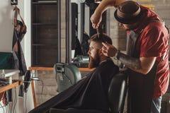 Hombre barbudo en barbería Fotografía de archivo libre de regalías