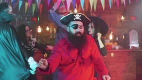 Hombre barbudo en danzas del traje del pirata en un partido de Halloween almacen de video