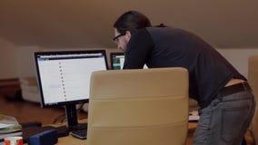 Hombre barbudo en el funcionamiento de vidrios en oficina almacen de metraje de vídeo