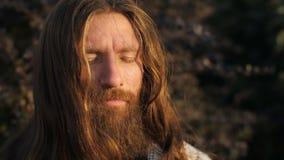 Hombre barbudo en la meditación metrajes