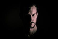 Hombre barbudo en sombras Fotografía de archivo