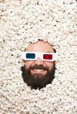 Hombre barbudo en stereoglasses y palomitas Fotografía de archivo