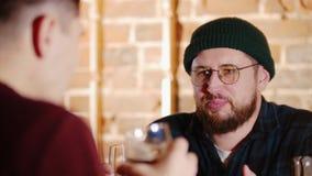 Hombre barbudo en vidrios que habla con su amigo en la barra Cerveza almacen de video