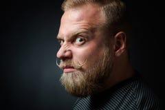 Hombre barbudo exigente imagenes de archivo
