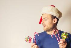 Hombre barbudo hermoso, Año Nuevo, fondo de la Navidad Fotos de archivo libres de regalías