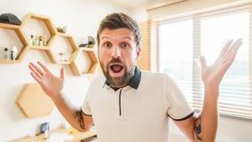 Hombre barbudo hermoso con la expresión facial que gesticula con sus manos fotos de archivo