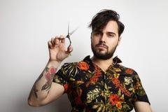 Hombre barbudo hermoso del retrato que lleva la camisa elegante que cepilla peinarse largo del pelo Belleza, preparando, foto del Imagen de archivo libre de regalías