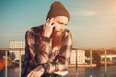 Hombre barbudo hermoso en camisa roja Imagen de archivo libre de regalías