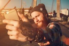 Hombre barbudo hermoso en camisa roja Fotografía de archivo libre de regalías