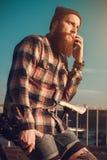 Hombre barbudo hermoso en camisa roja Foto de archivo libre de regalías