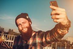 Hombre barbudo hermoso en camisa roja Foto de archivo