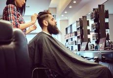 Hombre barbudo hermoso en la barbería imagen de archivo libre de regalías