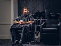 Hombre barbudo hermoso en la barbería imagenes de archivo