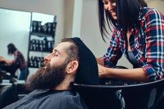 Hombre barbudo hermoso en la barbería fotografía de archivo