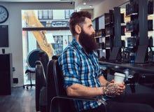 Hombre barbudo hermoso en la barbería imágenes de archivo libres de regalías
