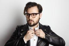 Hombre barbudo hermoso que lleva la chaqueta de cuero del negro elegante de la camisa Belleza, forma de vida, foto del concepto d Foto de archivo