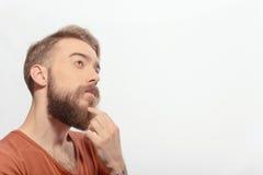 Hombre barbudo hermoso que presenta en blanco Foto de archivo libre de regalías